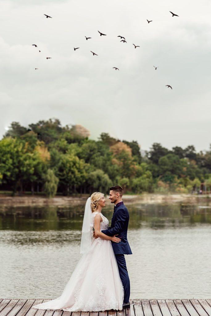 Couple sur un ponton, sur un lac