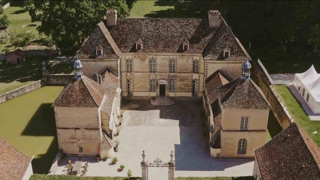 Extrait de la vidéo drone du château d'Entre-Deux-Monts, par Why Not vidéaste à Dijon, spécialisé dans le film de mariage.