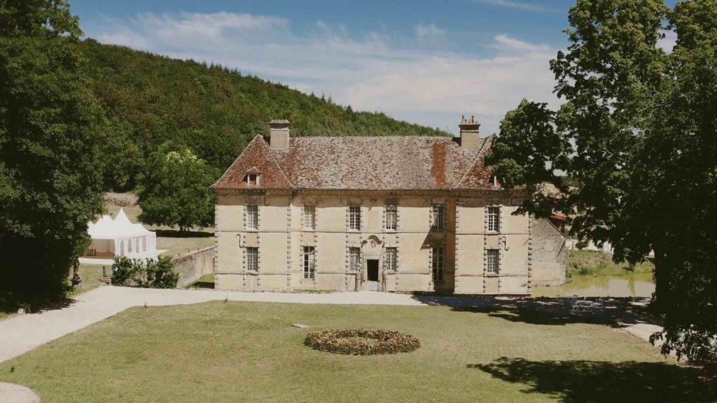 Extrait de la vidéo de présentation du château d'Entre-Deux-Monts, lieu de réception unique pour votre mariage en Bourgogne.